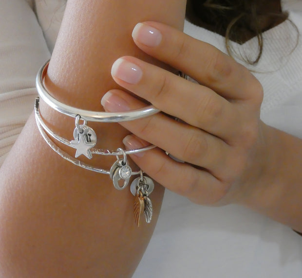Thin bangle with twin angel wings