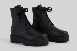 Black chunky women boots with laces