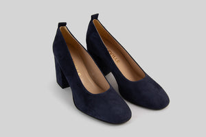 Round toe pumps in navy goat suede