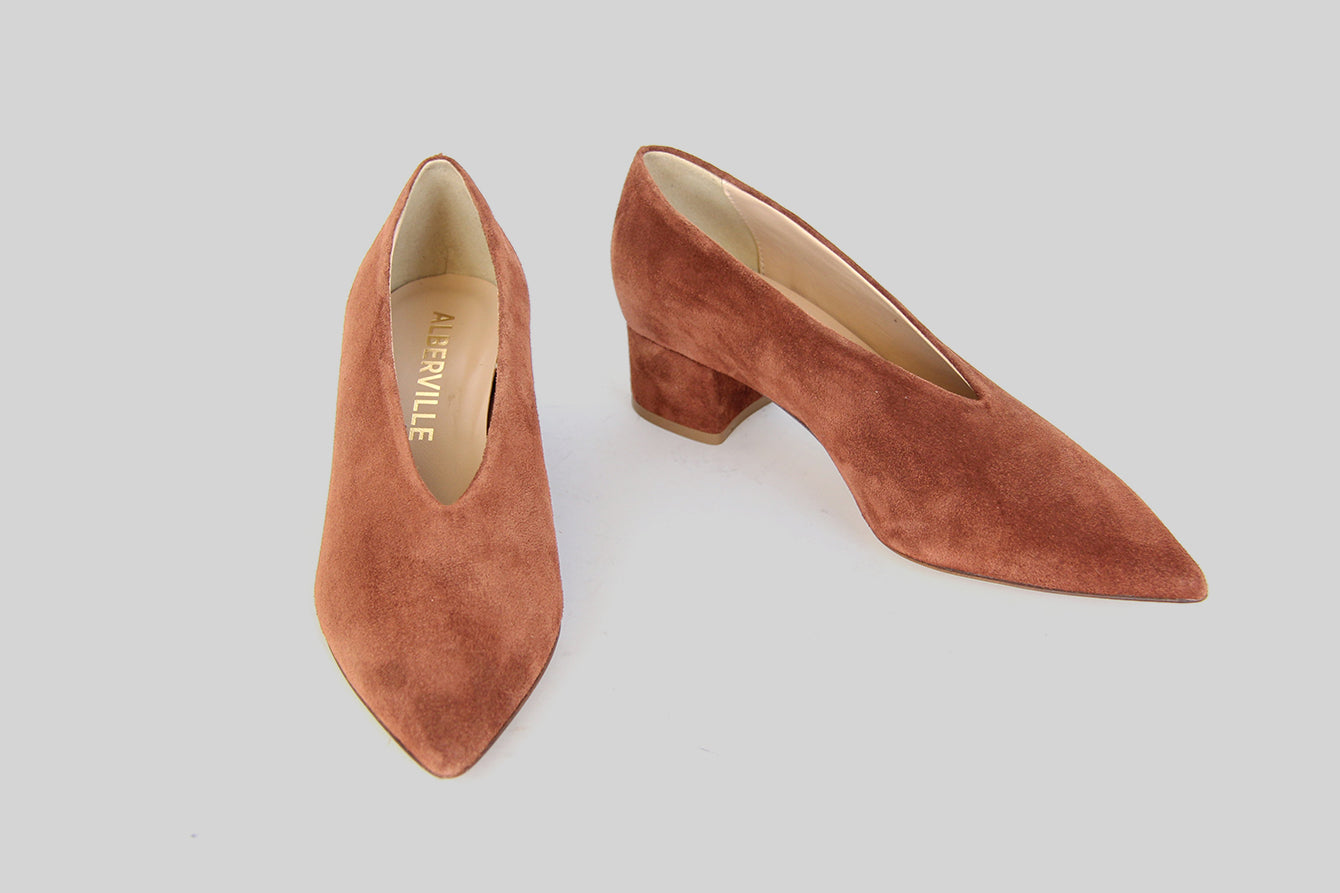 Pointy pumps in cognac suede