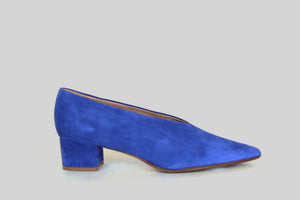 Classic pointy pumps in blue suede leather