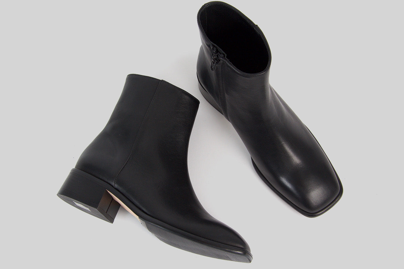 Women ankle boots in black leather with a carré shaped toe