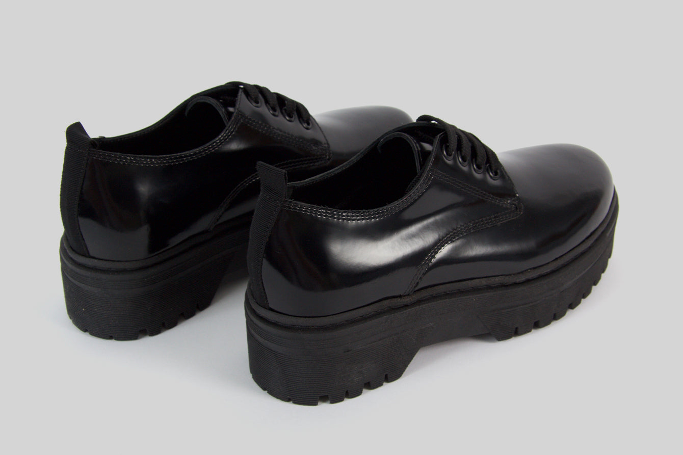 Women lace-up shoes in black polished leather