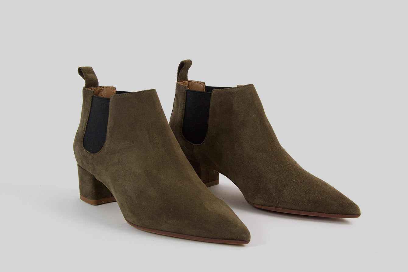 Pointy boots in khaki green suede