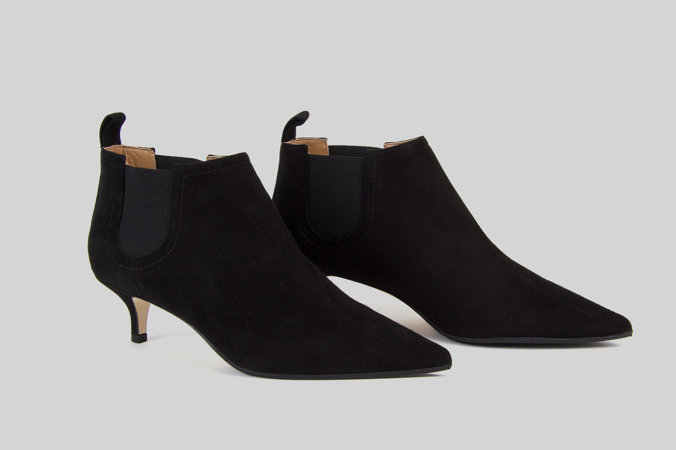 Pointy boots in black suede on a kitten heel