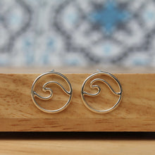 Load image into Gallery viewer, Wave stud earrings mini