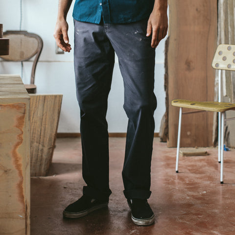 The Slim Chino in Organic Charcoal - alternate view