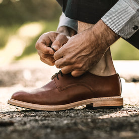 Our fit model wearing The Oxford in Espresso Pebble Grain.