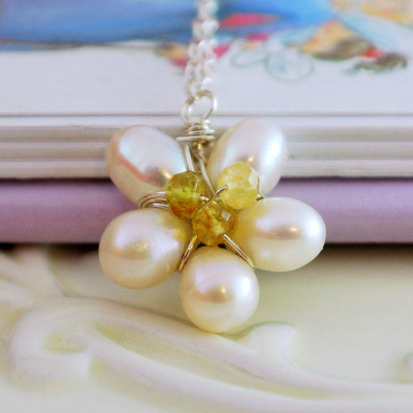 Daisy Necklace for Spring Weddings