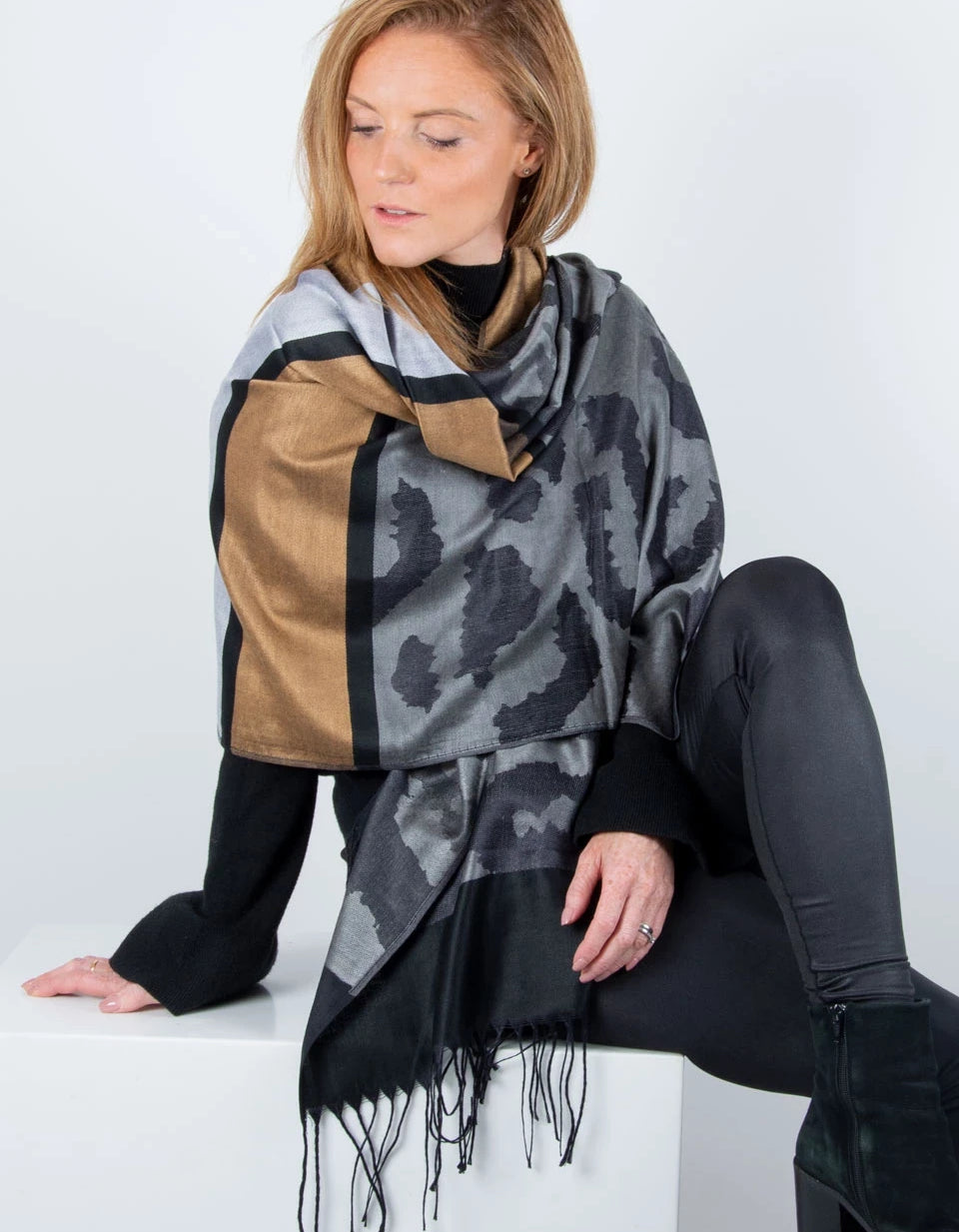 large-animal-image showing a print pashmina black grey bronze