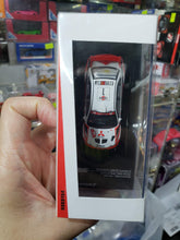 Load image into Gallery viewer, Tarmac Works 1/64 Mitsubishi Lanceo Evo V Sanremo Rally 1998 Winner Makinen Mannisenmaki