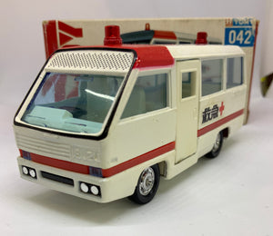 TOMICA DANDY ISUZU LOWDECKER AMBULANCE SCALE 1/58