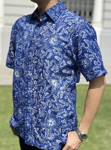 A man wearing Batik Lasem shirt in front of Victoria Theatre