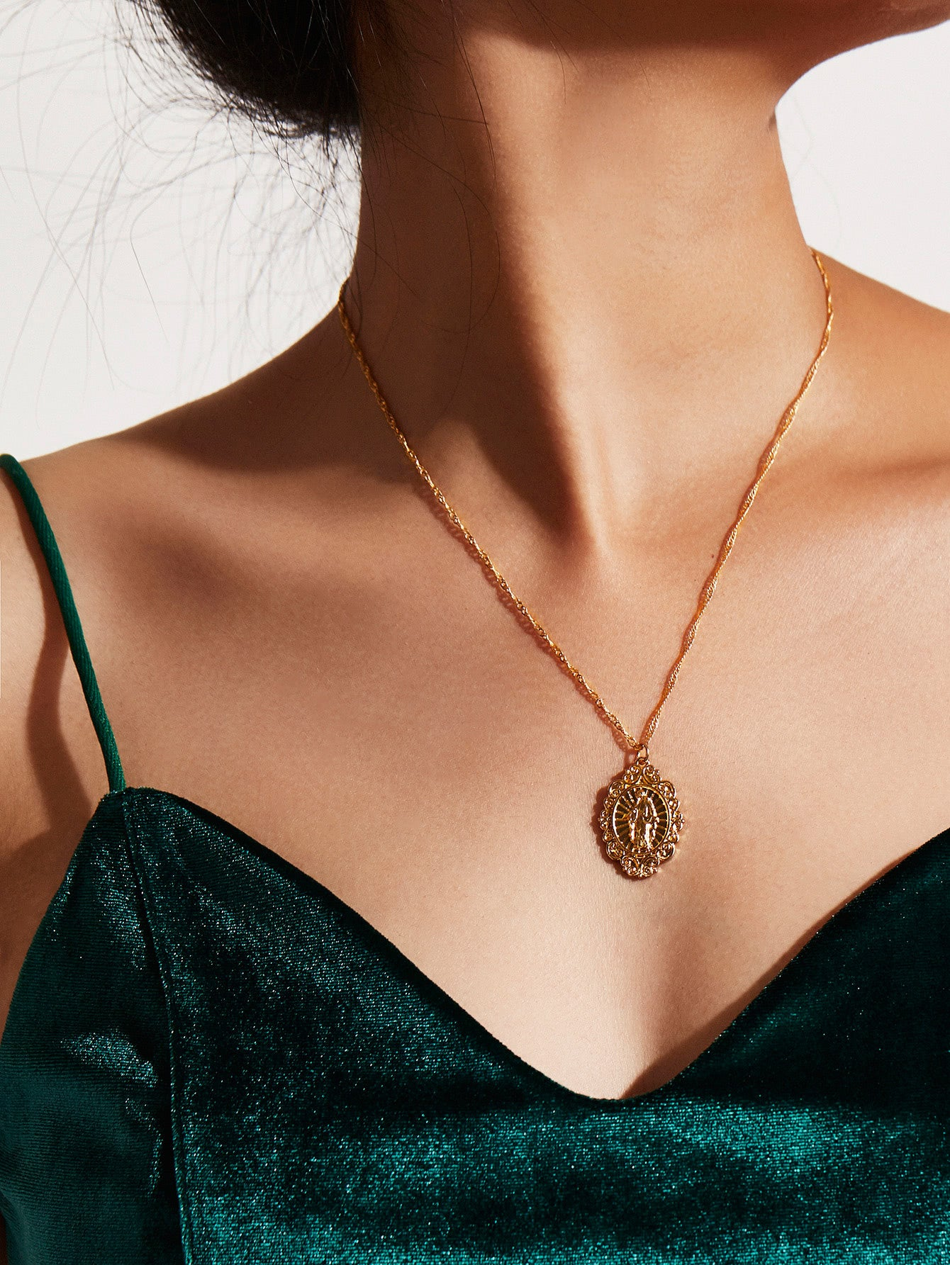 Golden Round Pendant Chain Necklace
