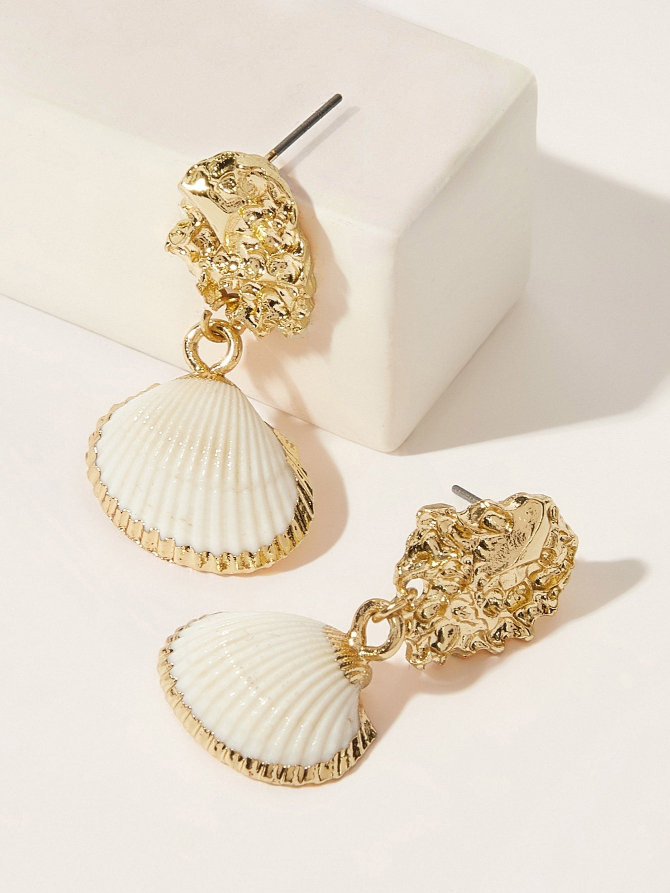 1 Pair White Textured Shell Decor Golden Dangle Earring