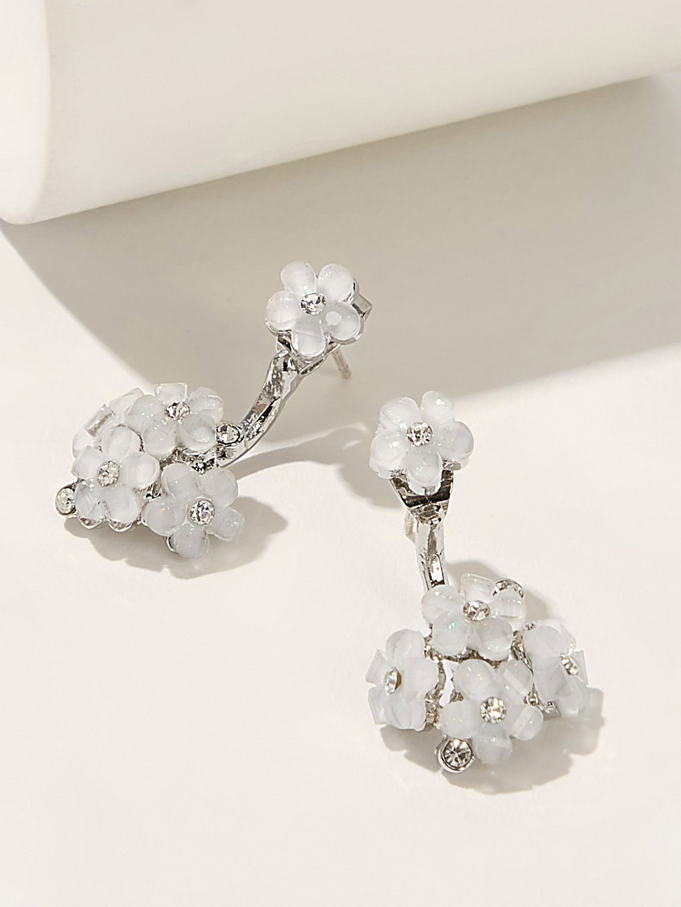 Grey And White Rhinestone Engraved Floral Detail 1 Pair Stud Earring
