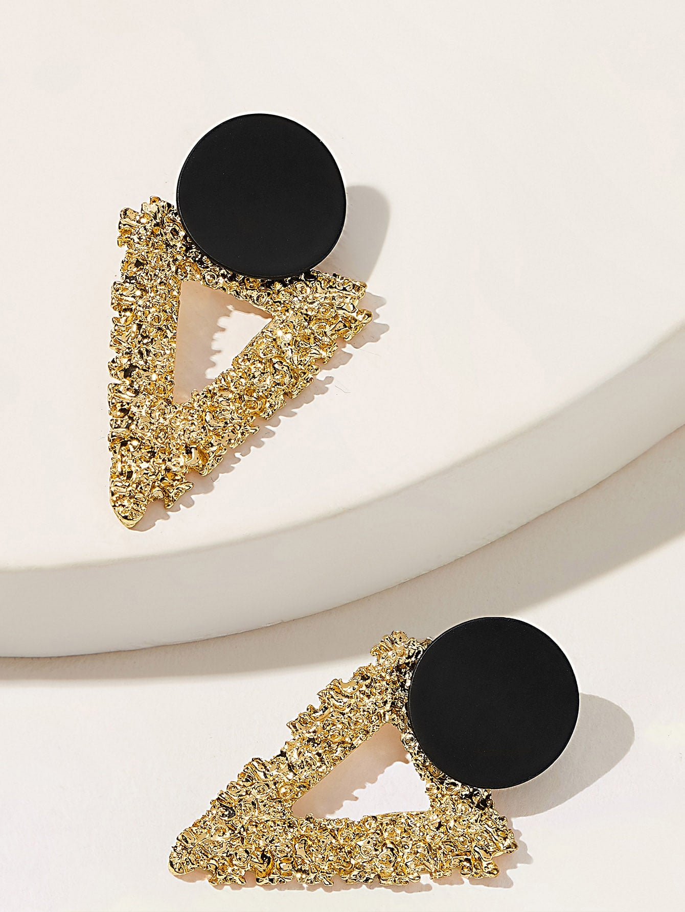 1 Pair Triangle Golden And Black Textured Stud Earrings