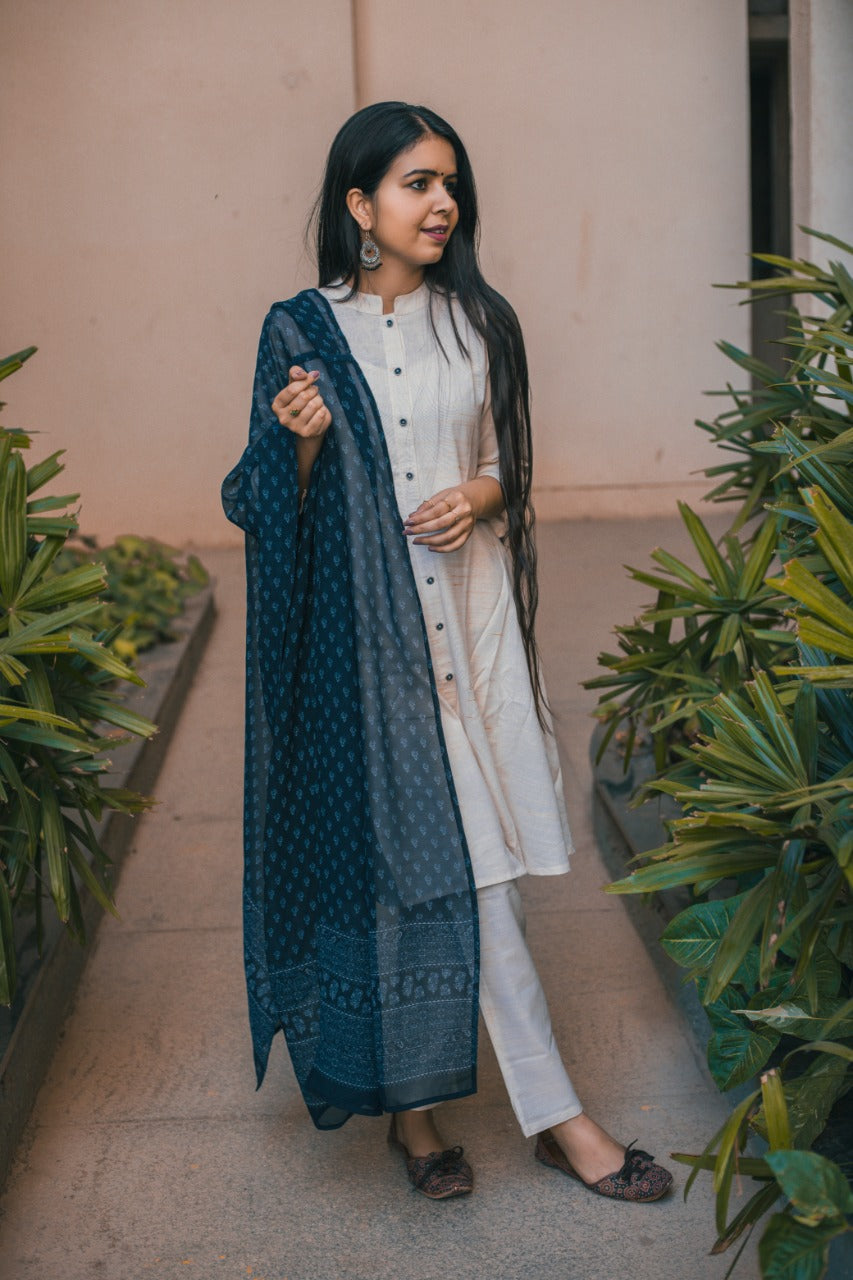 Jompers Women Off-White & Navy Blue Solid Kurta with Trousers & Dupatta