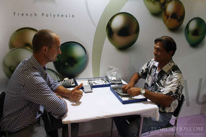 having a nice chat with Orau Pearls' dealer