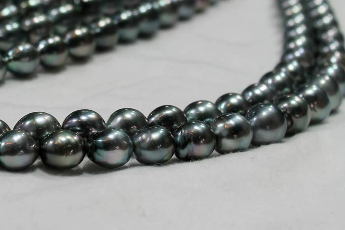 close up of the Tahitian pearl strands
