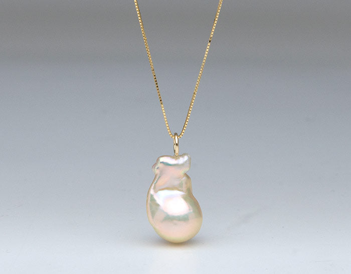 single light-colored fireball pearl pendant