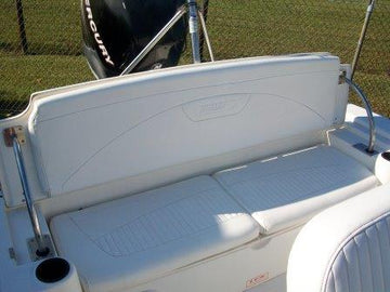 BOSTON WHALER DAUNTLESS 22' FULL WIDTH STERN SEAT FEATURING FOLDING BACKREST