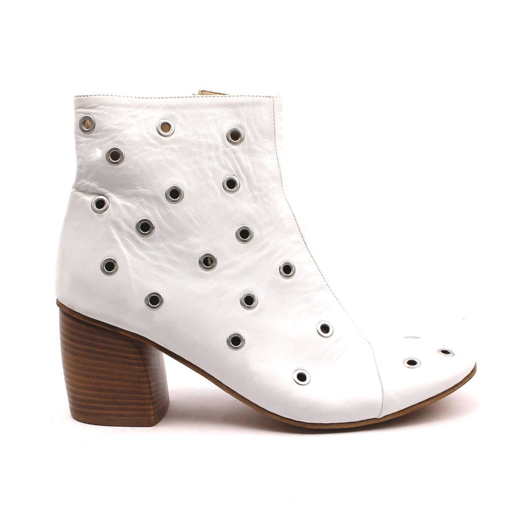 Ankle boot in pelle con borchie