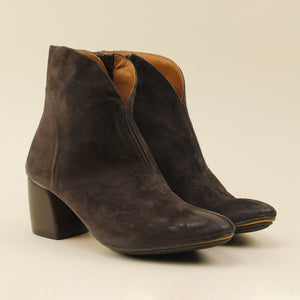 "Ankle boot in camoscio scollo a ""V"""