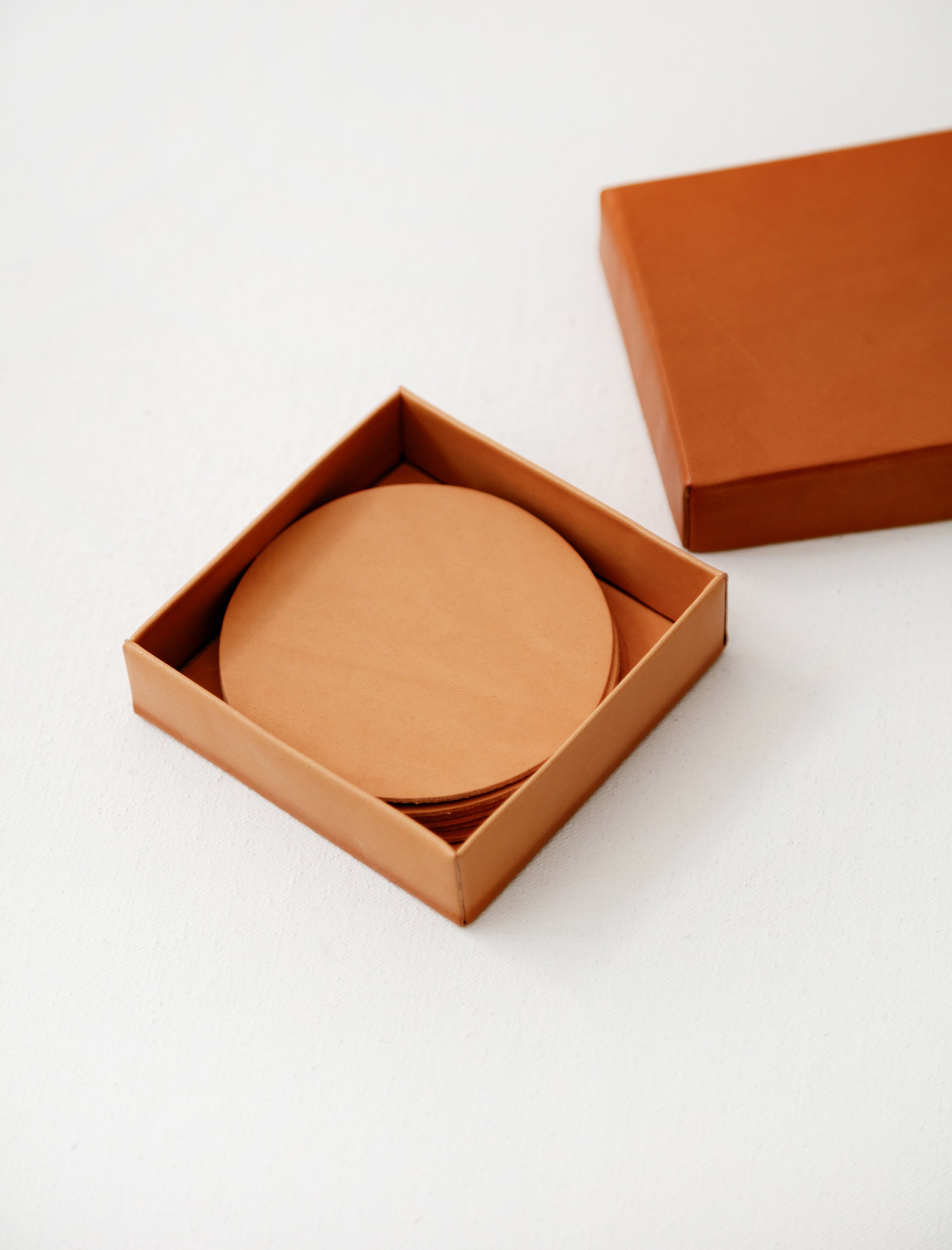 Isaac Reina 867 Lid Box with Set of Coasters Natural