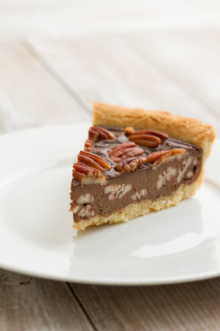 Low-carb chocolate pecan pie free from sugars and syrups