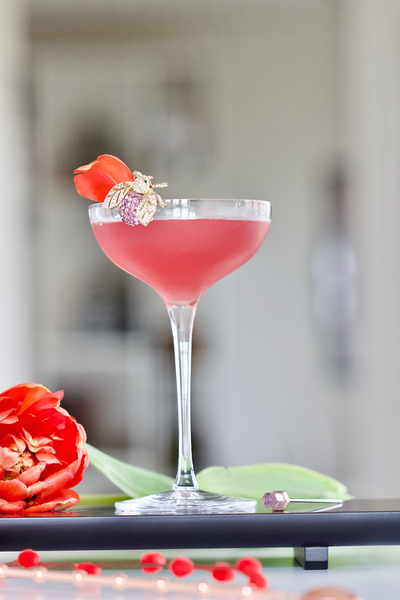 The cocktail NUDE & Homemade presented in the Hepburn coupe glass