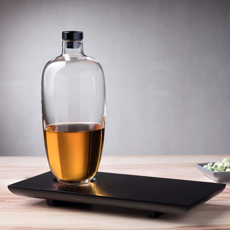 Nude Glas Whisky bottle Tall with wooden tray lifestyle shot