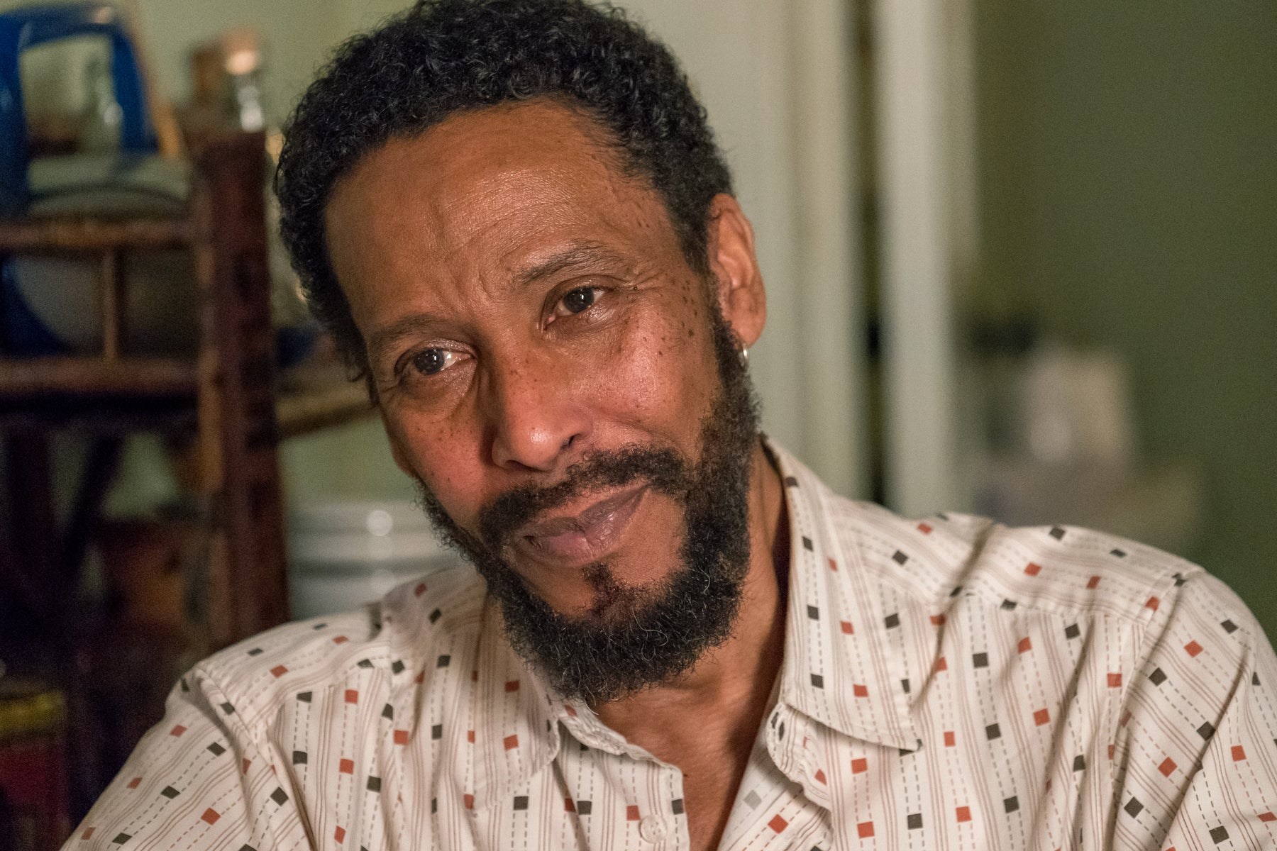 This Is Us'un bir bölümünde kameradan bakan William'ın (Ron Cephas Jones) portresi.