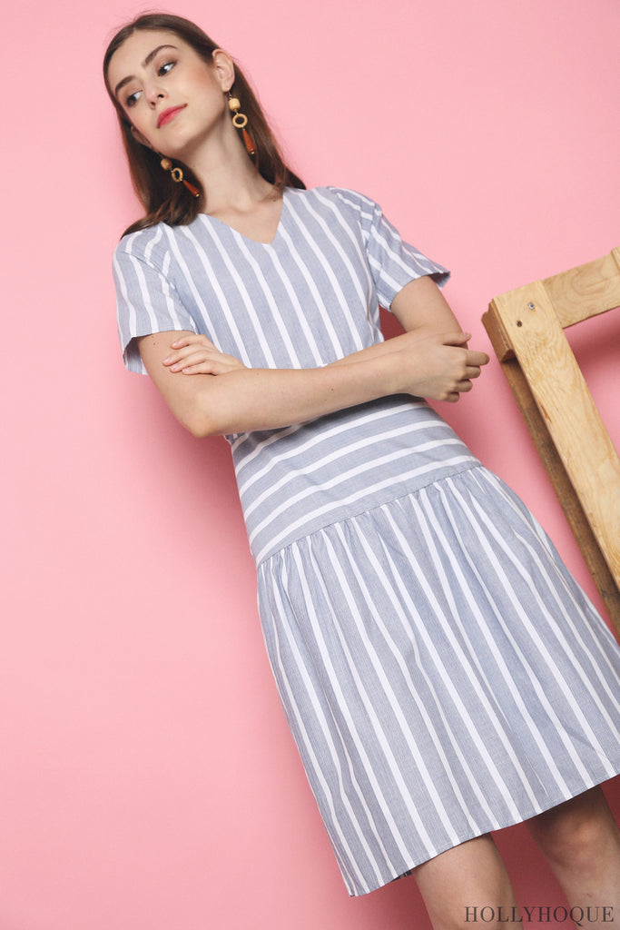 a11b377dc89 In a v-neckline and contrast stripes for proportion