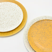 Load image into Gallery viewer, Plato de gres blanco o mostaza/ Stoneware plate white or mustard