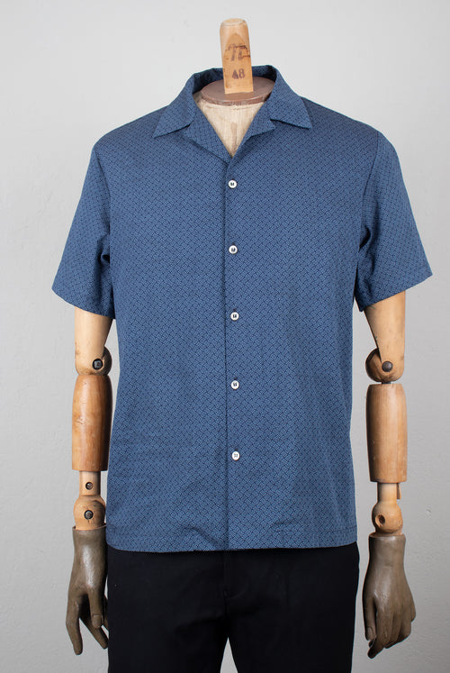 ADDeertz Short sleeve shirt with spread collar in a white and blue geometric print and mother of pearl buttons