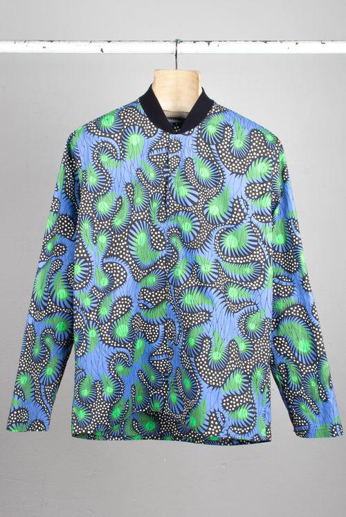 Shirt with rib collar with wax print in an organic abstract pattern similar to cactus in black and white backgrounds and blue and greens highlights