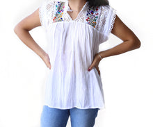 Load image into Gallery viewer, Blusa bordada con flores