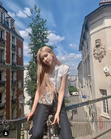 Rosé with ash blonde hair. A member of Blackpink, a popular K-pop idol girl group from South Korea. Hanastory