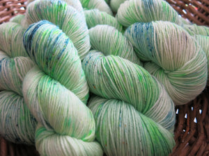 light green kettle dyed black light reactive sock yarn