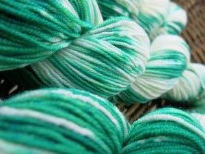 white and green superwash dk yarn for knitting