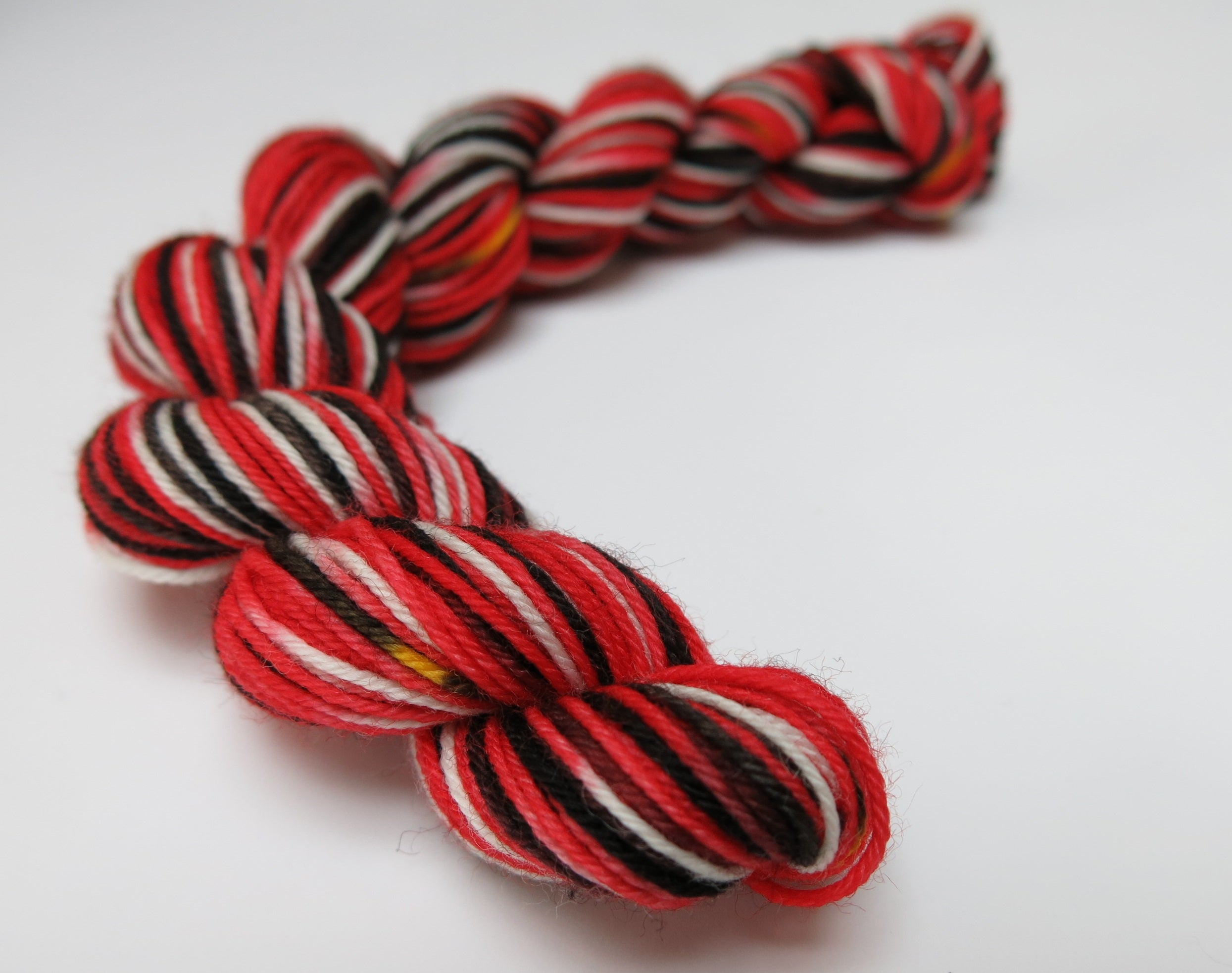 hand dyed queen of hearts red and black mini skein