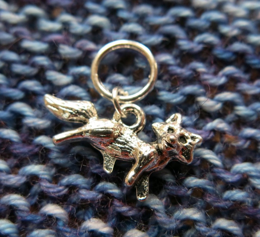 snagless stitch marker with a 3d silver fox charm