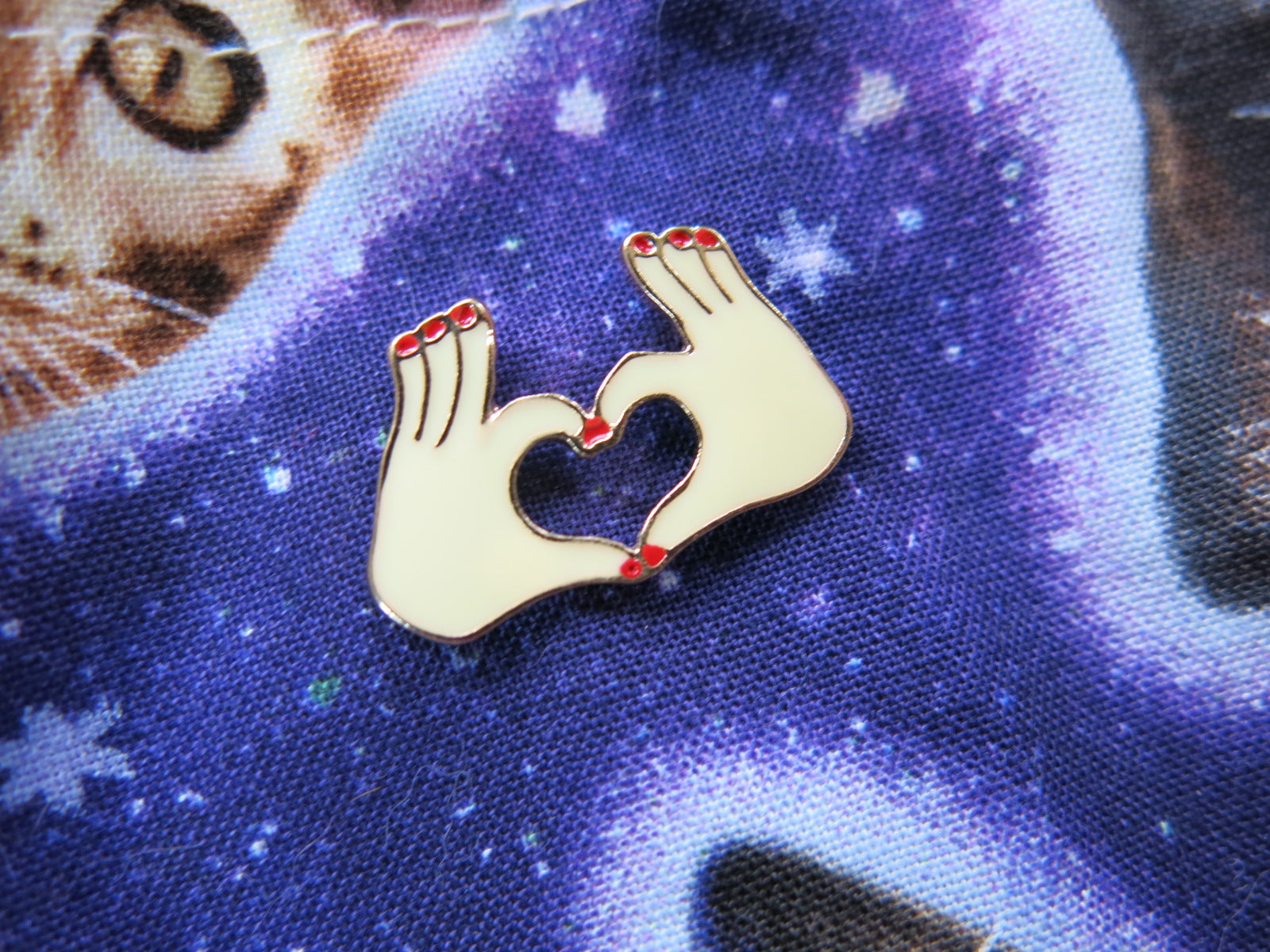 love heart hand lapel pin for bags and shirts