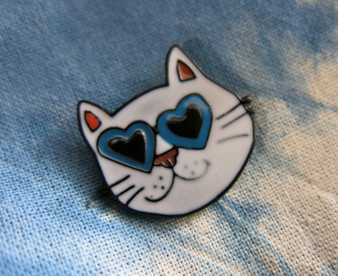white cat face with love heart eyes lapel pin for bags and shirts