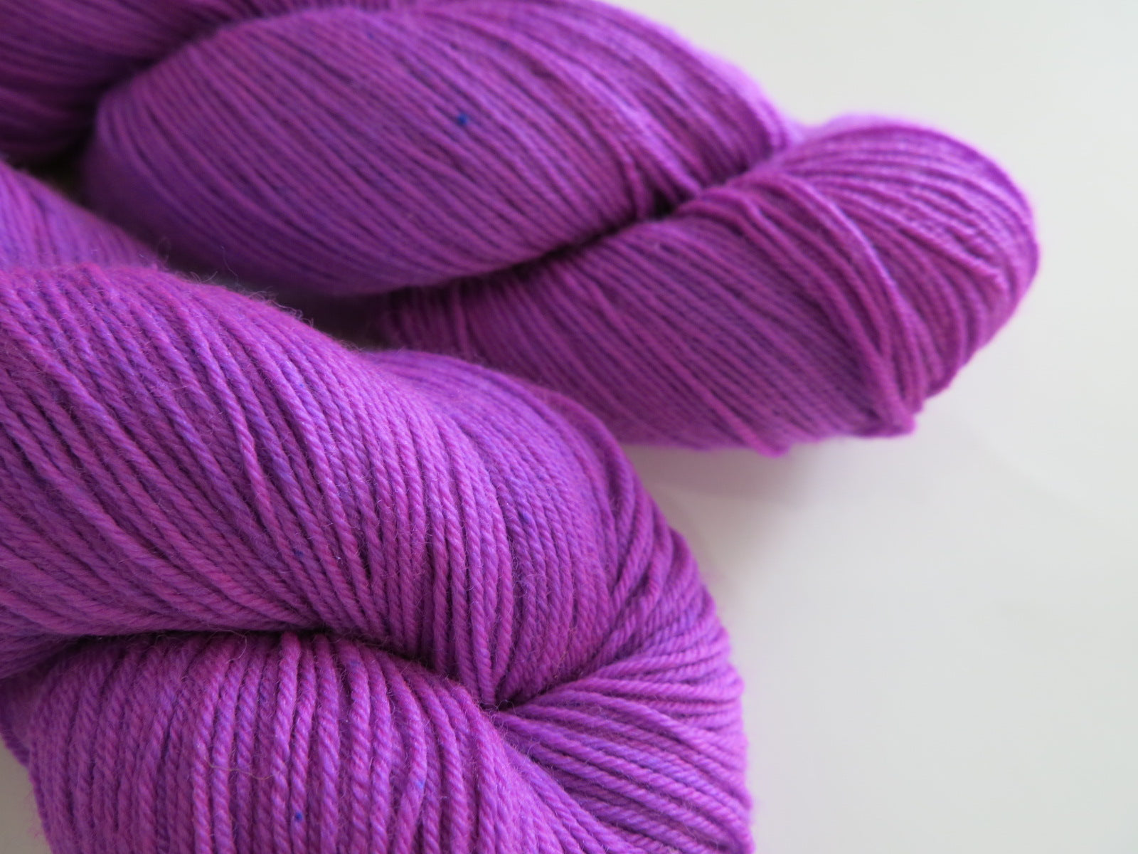 indie dyed uv reactive purple superwash merino wool for knitting