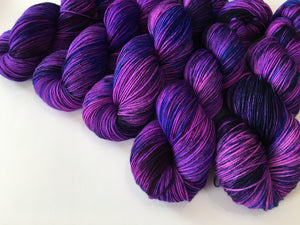indie dyed uv reactive purple yarn for knitting and crochet