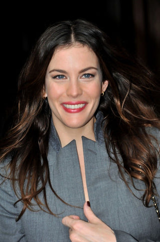 liv tyler hair styles, best cut and color for an oblong face shape, middle part hair styles, brunette, long hair, wavy hair