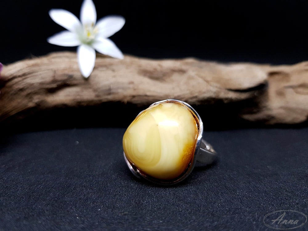 ,,Creamy splendor'' - a warm amber ring