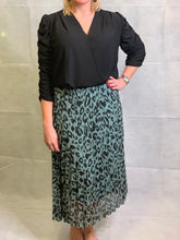 Load image into Gallery viewer, Pleated Animal Skirt - chichappensboutique